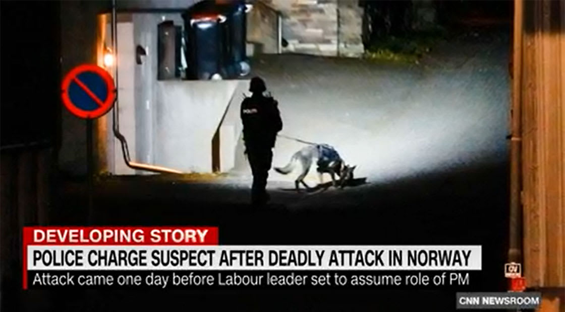 أحد عناصر الشرطة النوريجية يقوم بعملية مسح في موقع الهجوم