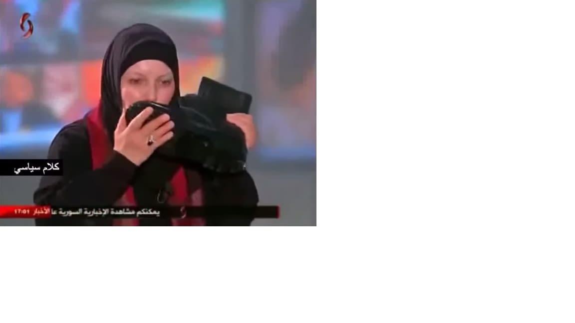 الإعلامية التونسية كوثر البشراوي تقبل حذاء جندي سوري على الهواء مباشرة
