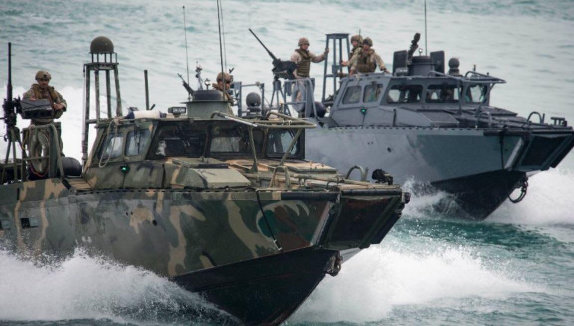 """الحرس الثوري الإيراني: ظريف طالب أمريكا بالاعتذار عن """"انتهاك"""" بحارتها مياه إيران وتكديرهم أمن المنطقة"""