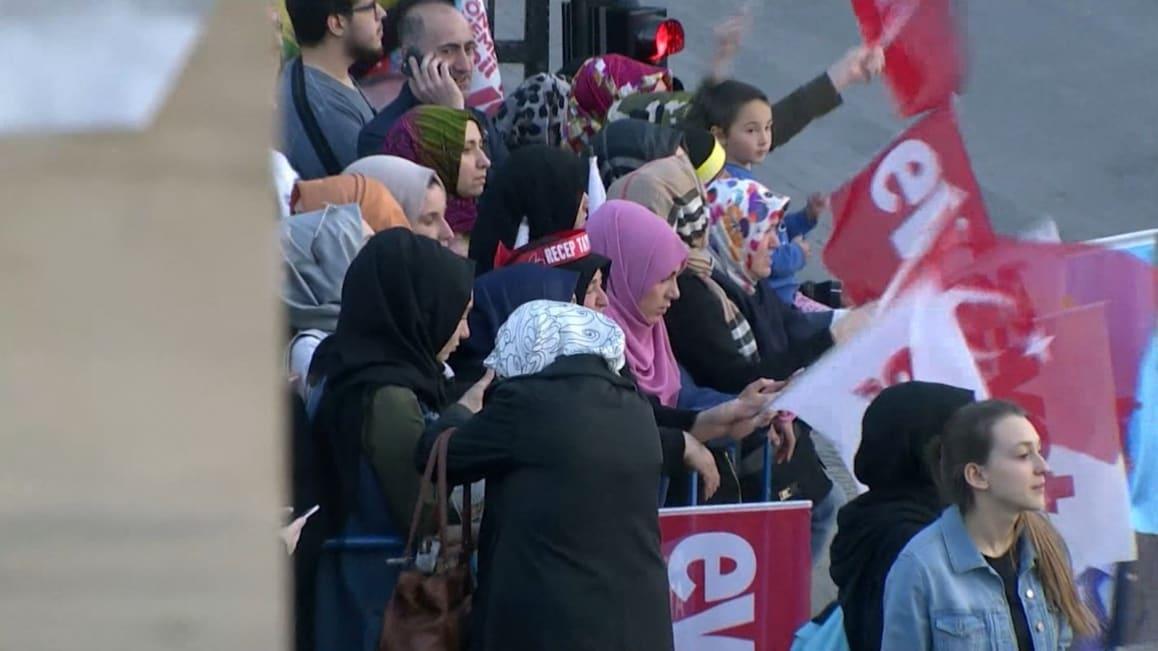 شاهد.. احتفالات مؤيدي أردوغان بنتائج استفتاء تركيا