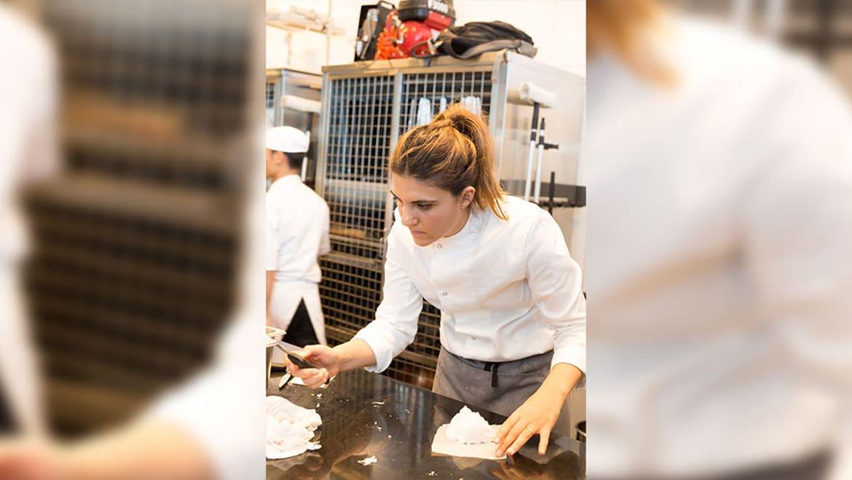 تعرّف إلى الشيف السعودية التي حضرت أطباق الحلوى للوفد السعودي في باريس