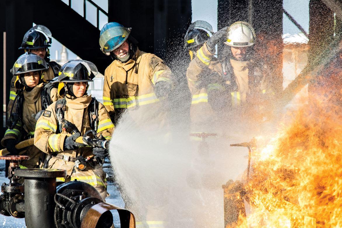 من وسط الدخان.. إليك أول سعوديتين في مجال مكافحة الحرائق