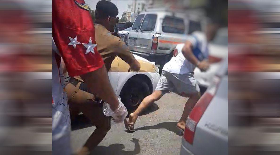 الصورة التي نشرتها شرطة مكة من عملية القبض على المقيم العربي سارق السيارة