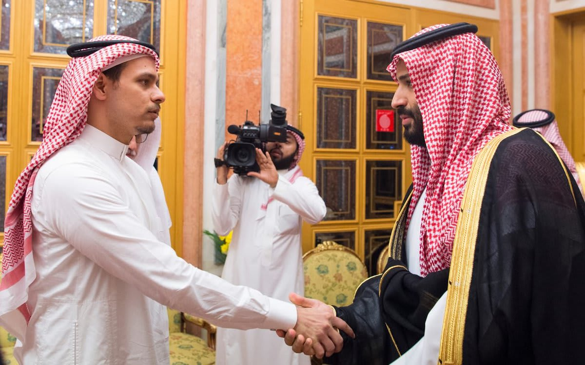 الملك سلمان وولي عهده يستقبلان نجل خاشقجي بقصر اليمامة