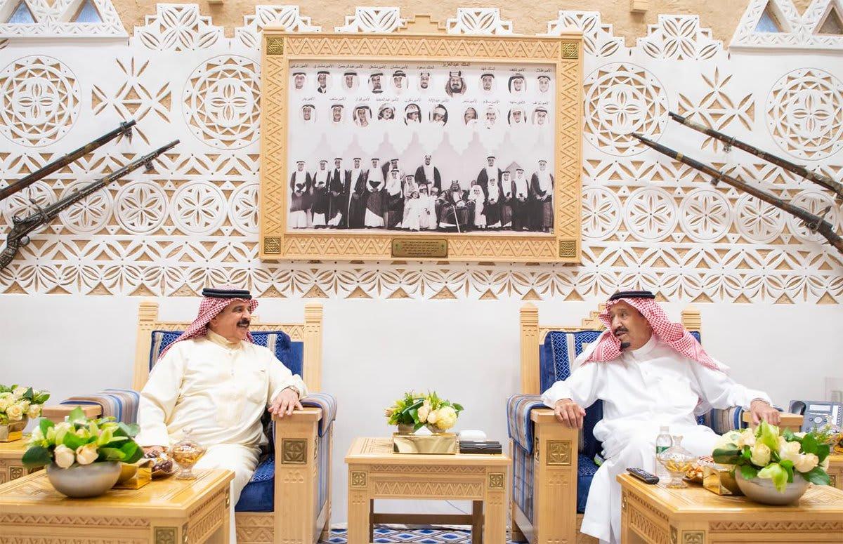 """ملك البحرين من الرياض: نرفض """"الافتراءات الإعلامية"""" على السعودية"""