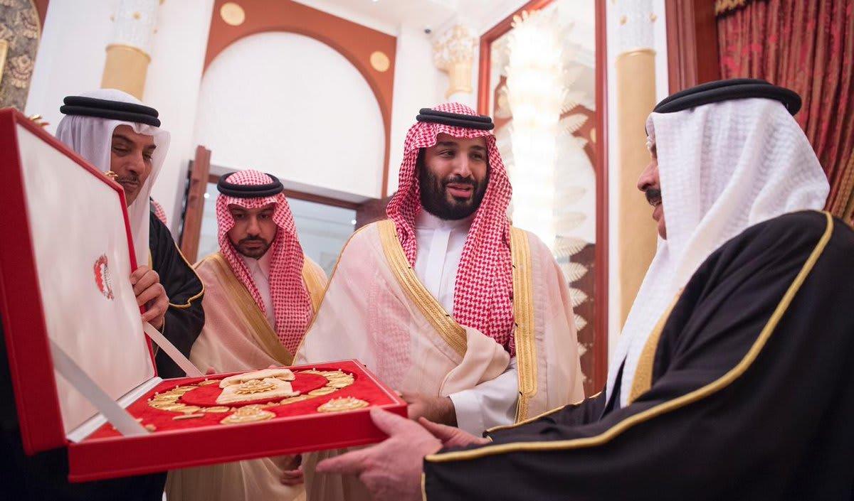 ملك البحرين يمنح ولي العهد السعودي وسام الشيخ عيسى