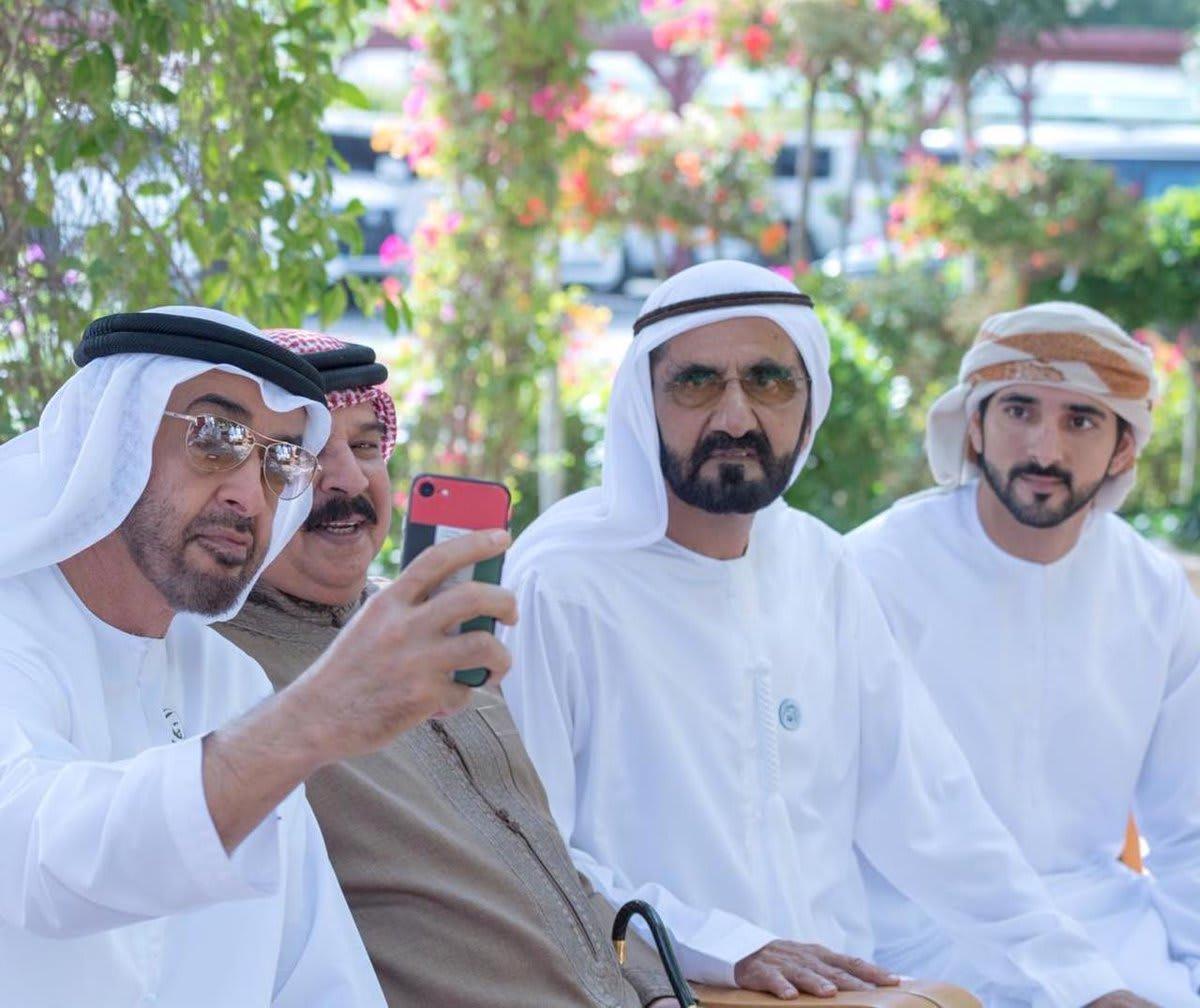 """أحاديث و""""سيلفي"""" في استقبال ملك البحرين في الإمارات"""