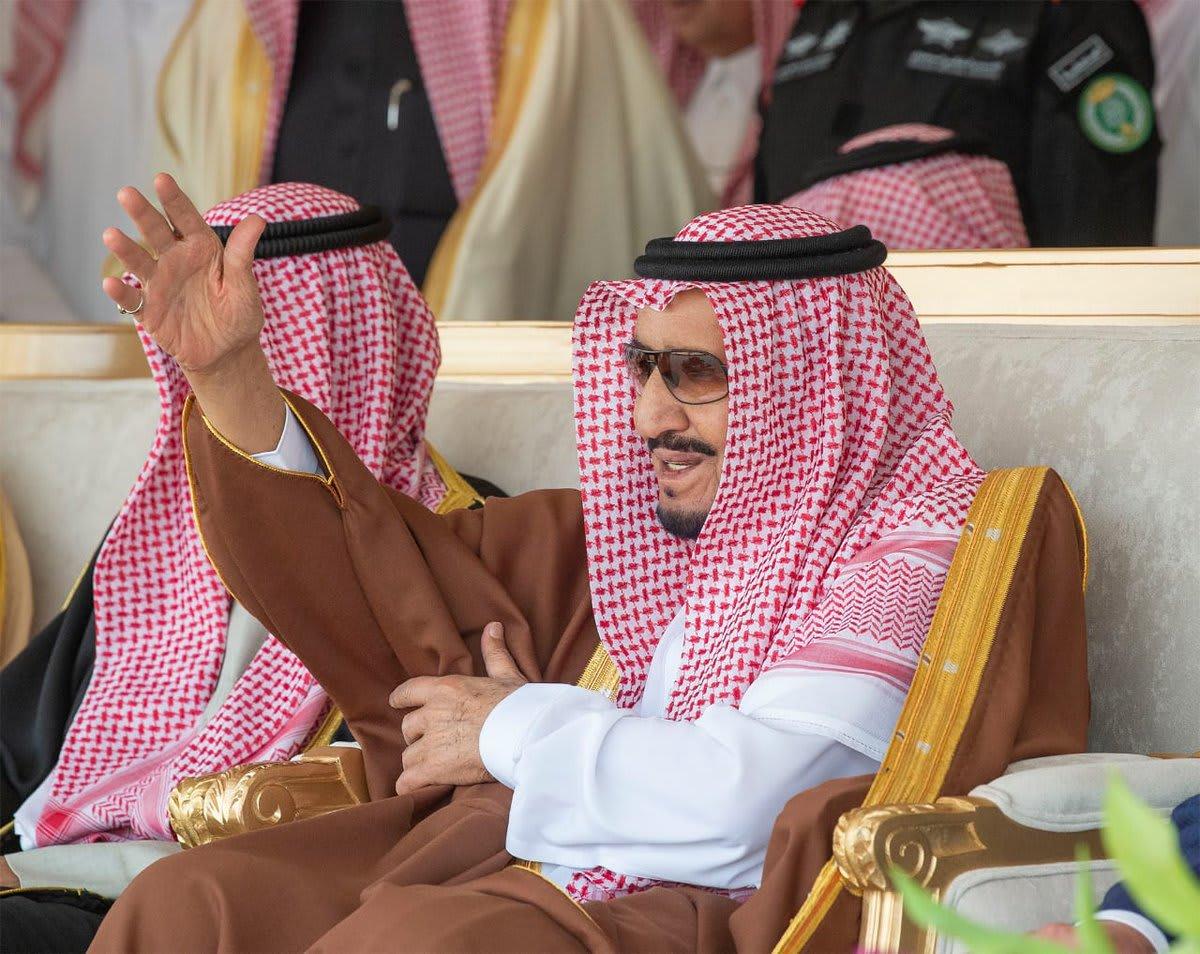"""الملك سلمان يخطف الأنظار ويشارك بـ""""العرضة"""" السعودية"""