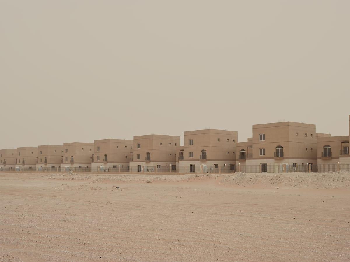 مصور يوثق التطورات التي شهدها ساحل العاصمة الإماراتية أبوظبي على مر الأعوام