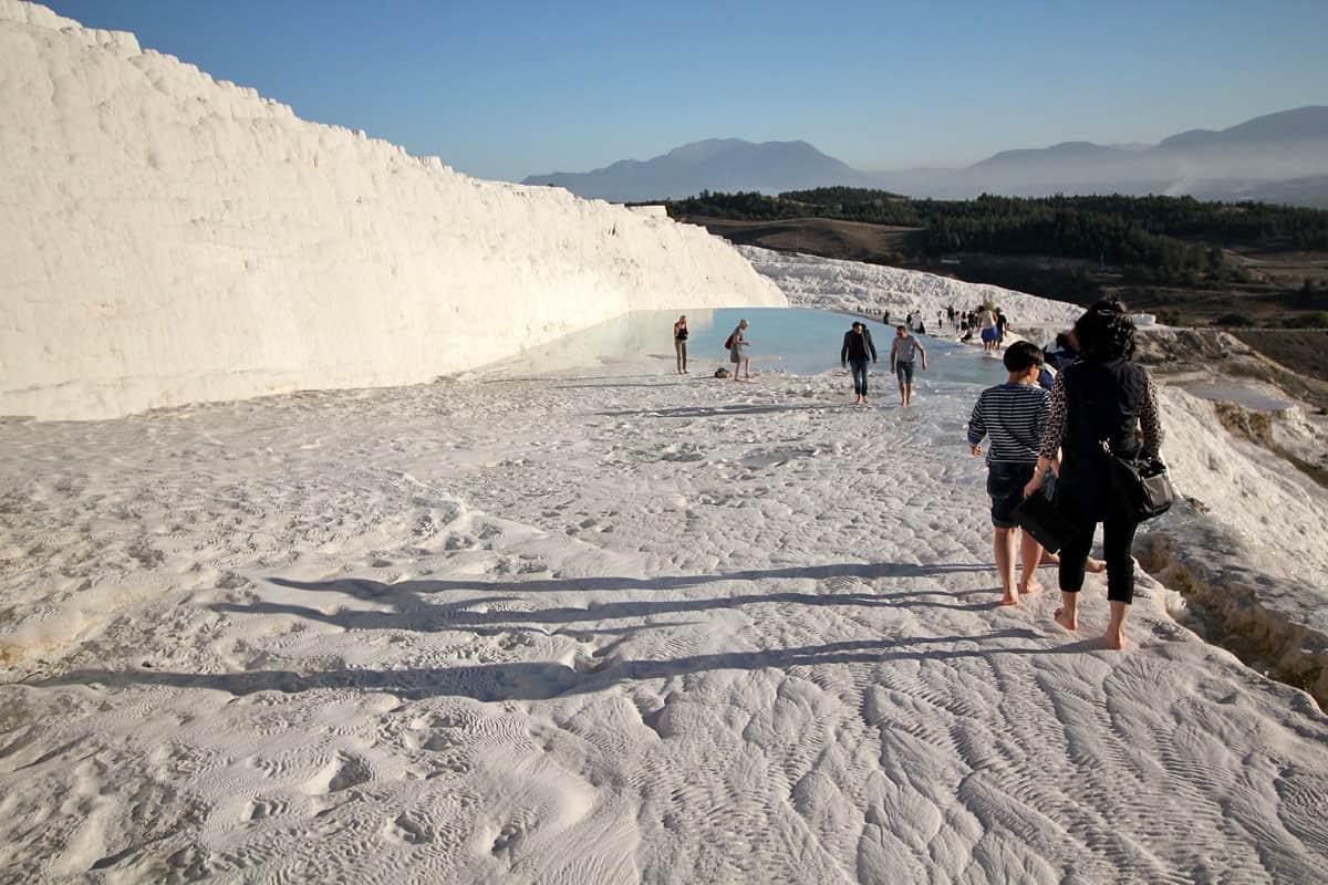 """أعجوبة طبيعية تتوشح بالبياض حتى في الصيف.. اكتشف المشاهد الخيالية في """"قصر القطن"""" بتركيا"""