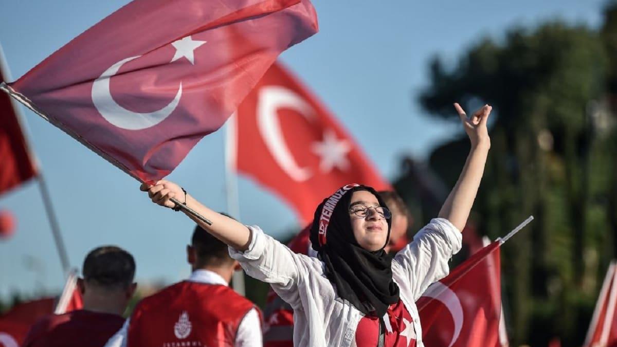 ذكرى محاولة الانقلاب في تركيا.. شاهد السيدة التي تحدّت الدبابات