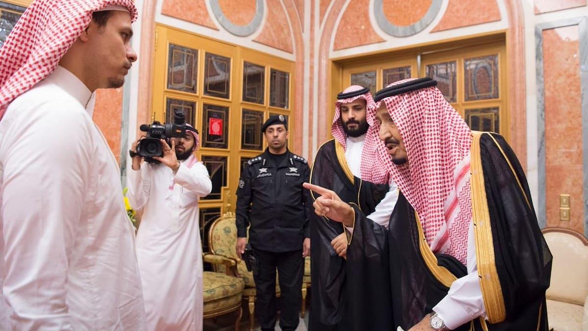 لحظة مصافحة الملك سلمان وولي عهده لنجل جمال خاشقجي