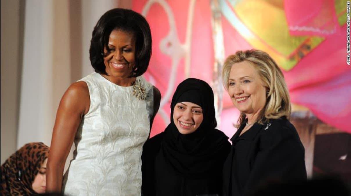 سمر بدوي، وسط الصورة، تتسلم جائزة المرأة الشجاعة الدولية لعام 2012 خلال حفل مع السيدة الأولى للولايات المتحدة آنذاك ميشيل أوباما، إلى اليسار، ووزيرة الخارجية الأمريكية آنذاك هيلاري كلينتون.
