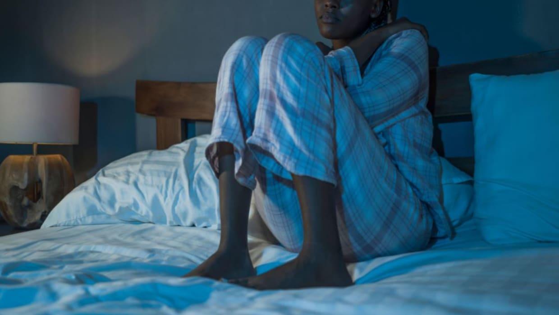 دراسة: النوم أمام التلفاز أو مع إضاءة في الغرفة قد يؤدي إلى زيادة الوزن