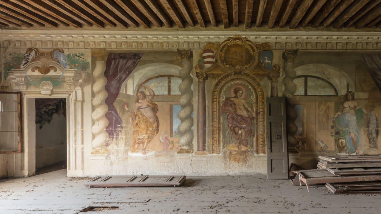 بالصور.. لوحات جدارية مهجورة تجسد اهتمامات الطبقة الراقية في أوروبا