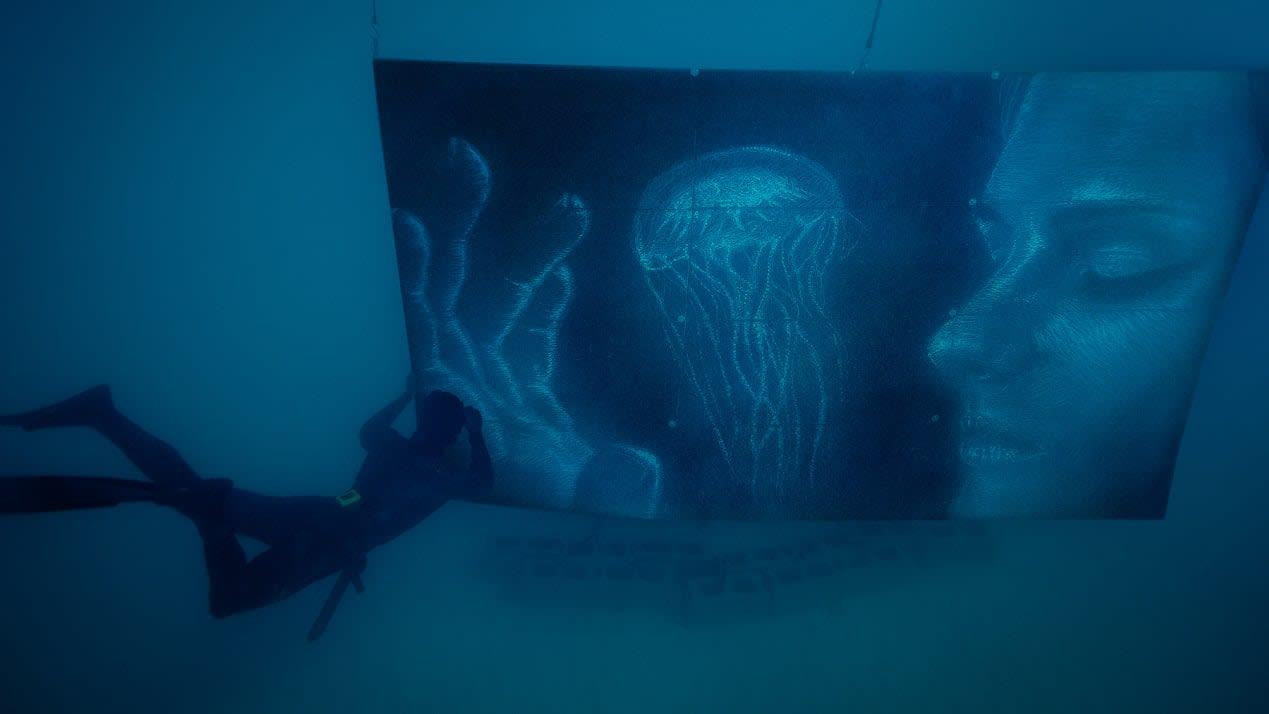 تعرفوا إلى الفنان الذي اختار الرسم تحت الماء دون أدوات الأكسجين