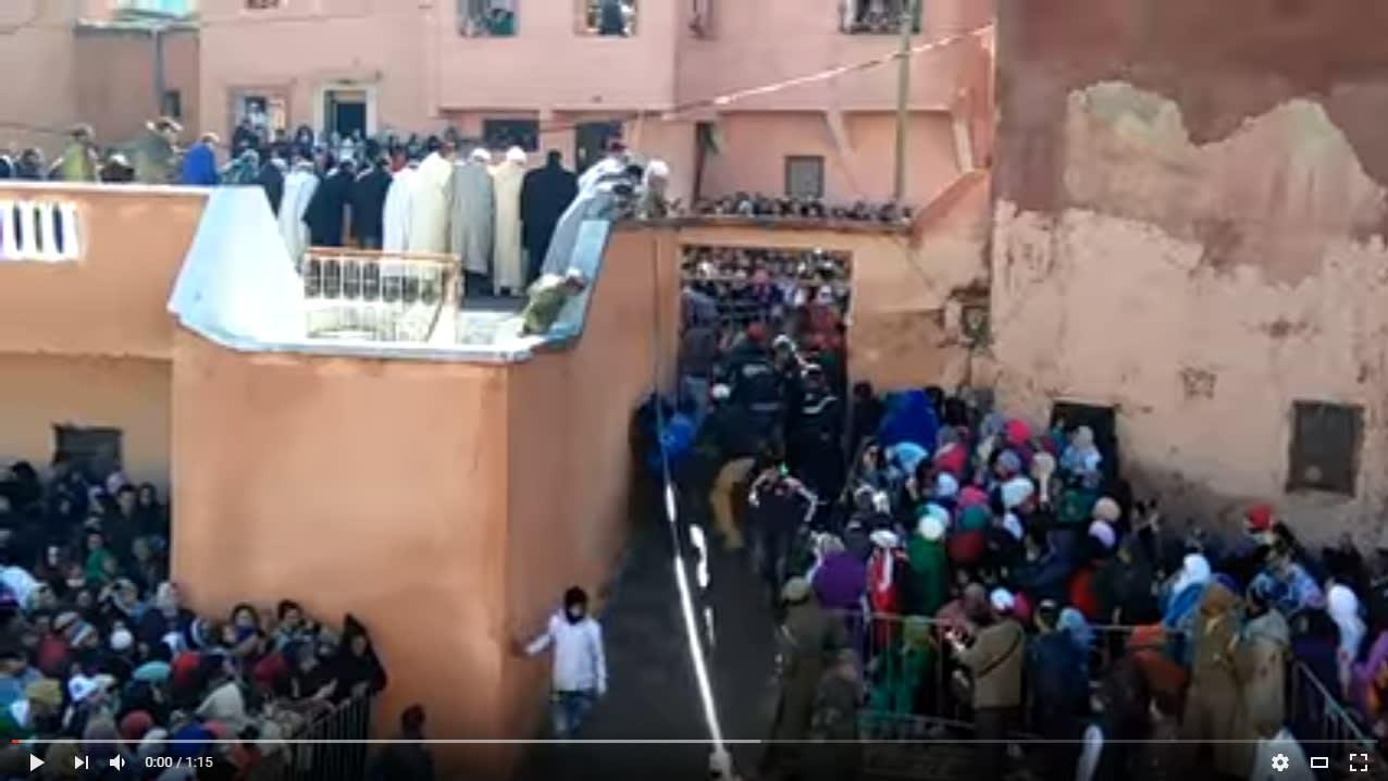 """مشهد افتراس جمل حي بـ""""موسم"""" مغربي يفجّر انتقادات واسعة"""