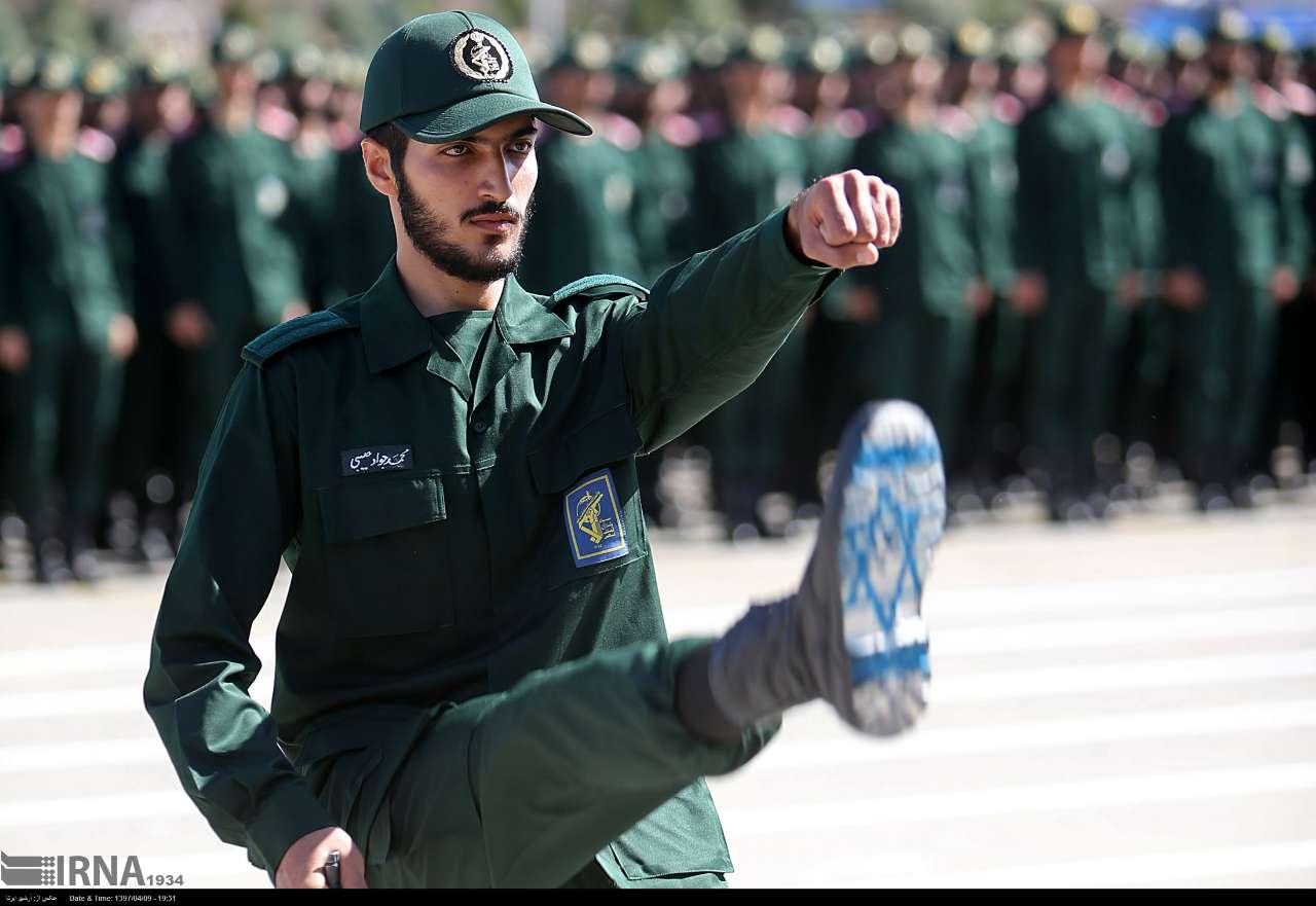 إسرائيل تعلّق على وضع علمها أسفل حذاء ضابط في إيران