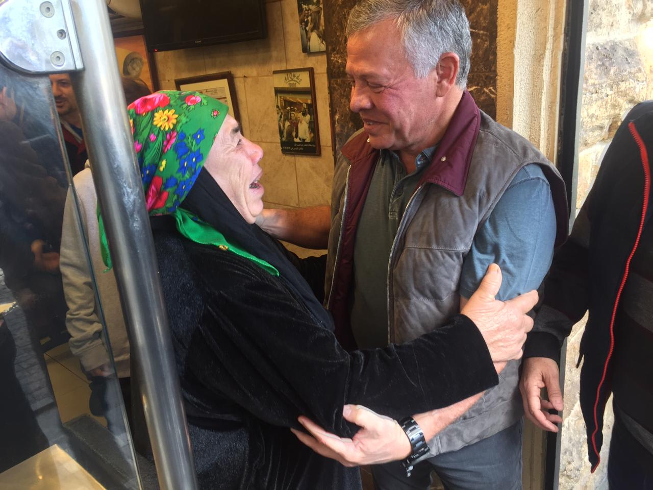 """مشاهد من جولة العاهل الأردني في جبل عمّان.. """"فلافل"""" و""""شاورما"""" وصور تذكارية"""