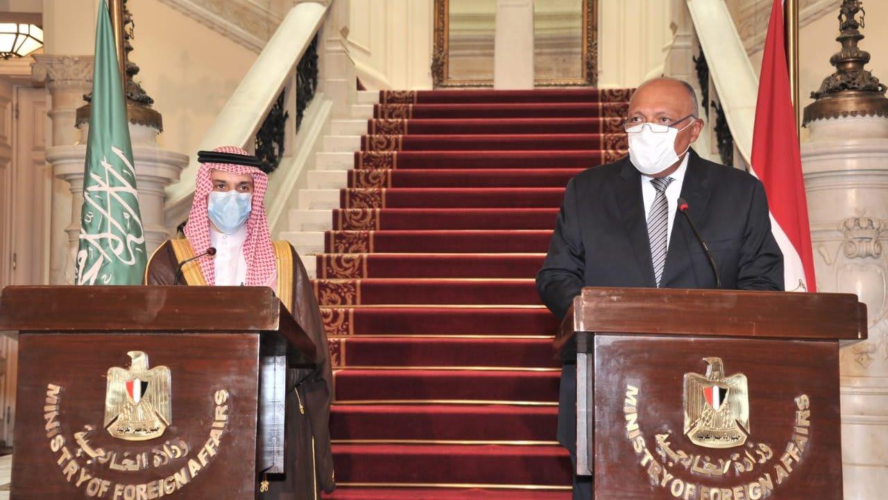 """وزير الخارجية السعودي يدعم مصر ويتحدث عن """"التدخلات"""" في ليبيا"""