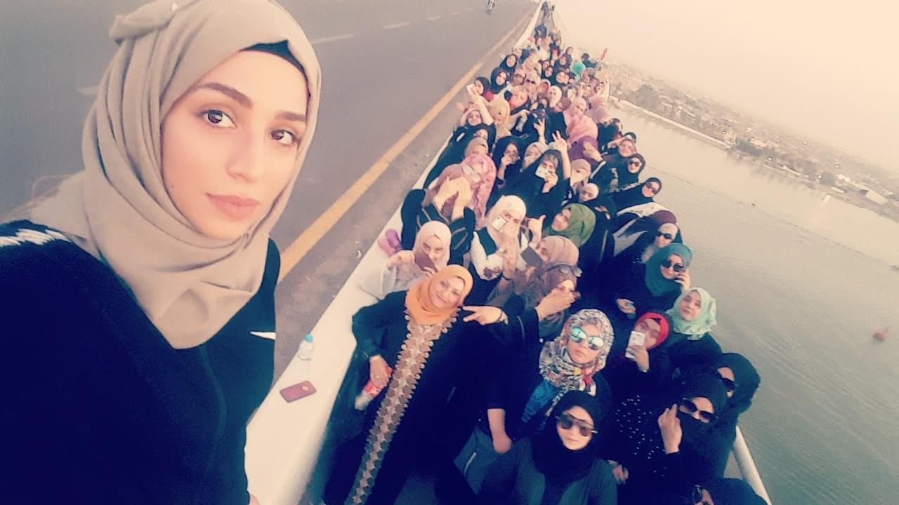 الناشطة العراقية رهام يعقوب خلال إحدى الاحتجاجات النسوية التي شاركت فيها في مدينة البصرة