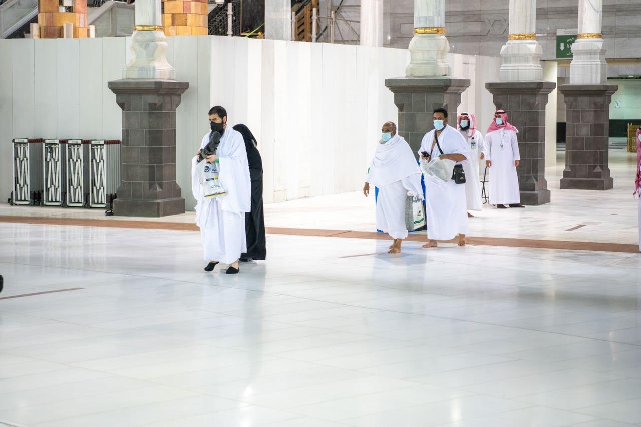 لحظة استقبال أولى أفواج المعتمرين بالمسجد الحرام (صور وفيديو)
