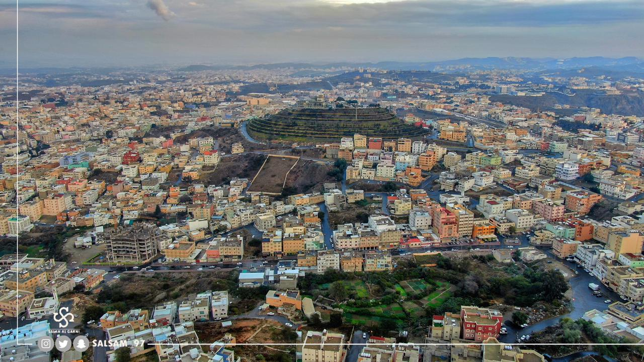 مصور يوثق بحرا من الضباب من الجو ويبرز مشاهد جديدة  غرب مدينة أبها السعودية