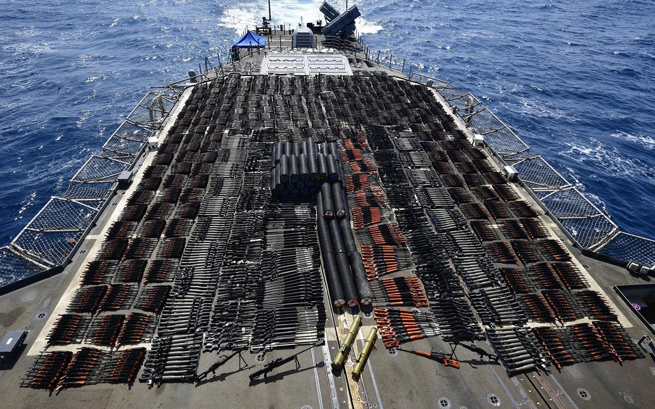 شمال بحر العرب.. البحرية الأمريكية تضبط آلاف الأسلحة والصواريخ على متن سفينة