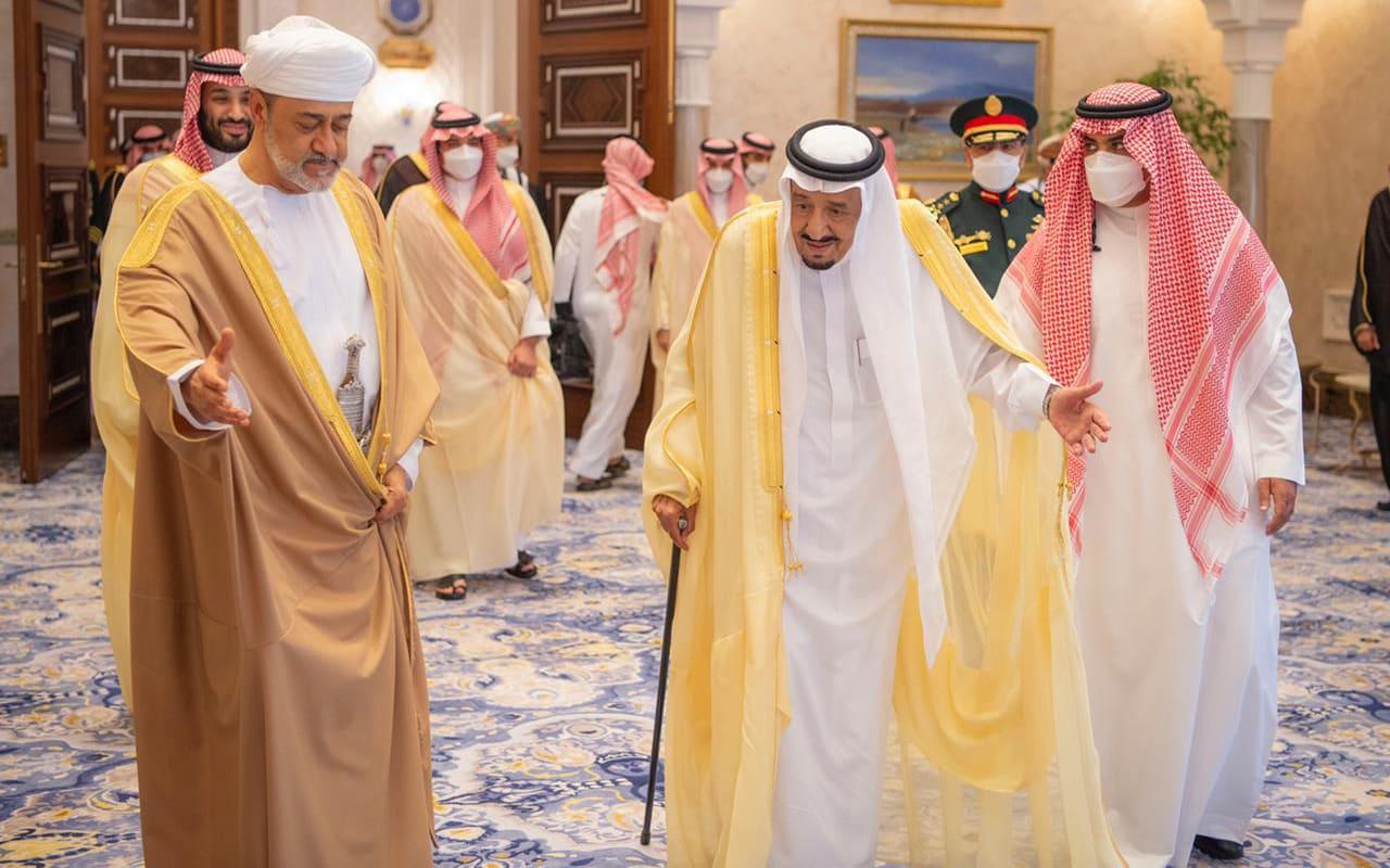 سلطان عُمان يعقد جلسة مباحثات مع الملك سلمان في نيوم بأول زيارة خارجية