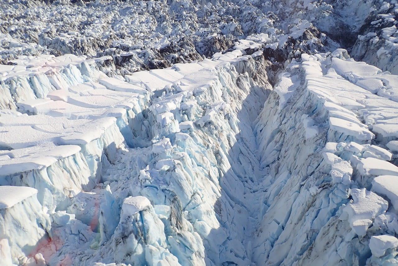 """""""أشبه بكارثة"""".. عالم يوثق مشهدا نادرا لنهر جليدي وهو """"يمزق نفسه"""" بألاسكا"""