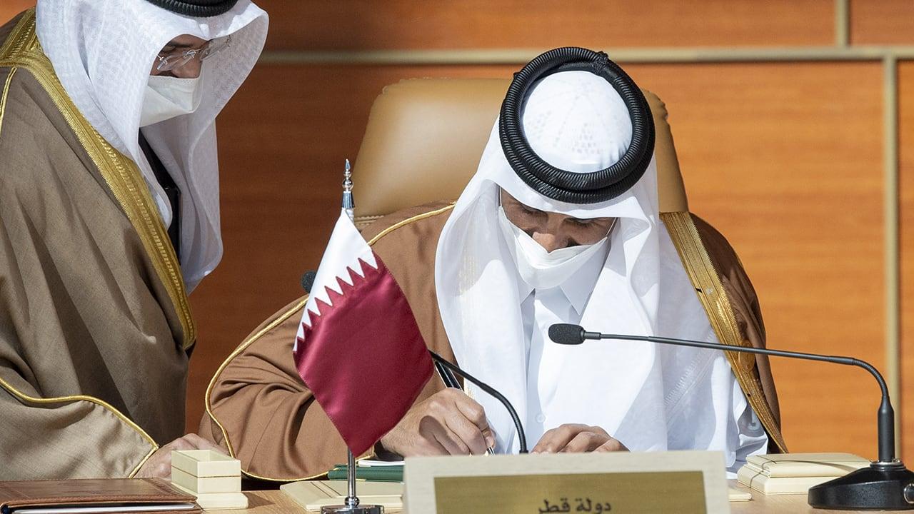 لحظة توقيع قادة الخليج على بيان العلا بعد افتتاح القمة الخليجية