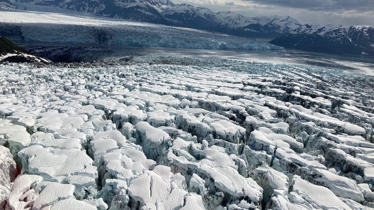 """عالم يوثق مشهدا نادرا لنهر جليدي وهو """"يمزق نفسه"""" بألاسكا"""