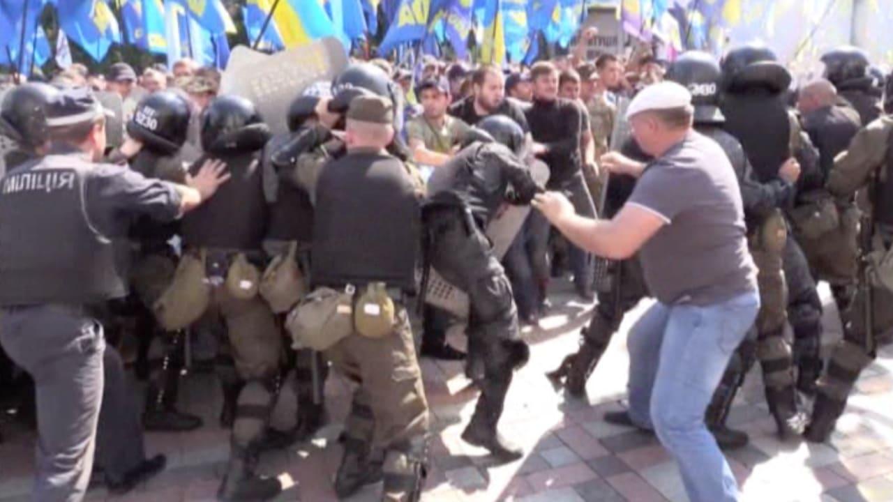 بالفيديو.. اشتباكات عنيفة بين المتظاهرين وقوات الأمن في أوكرانيا