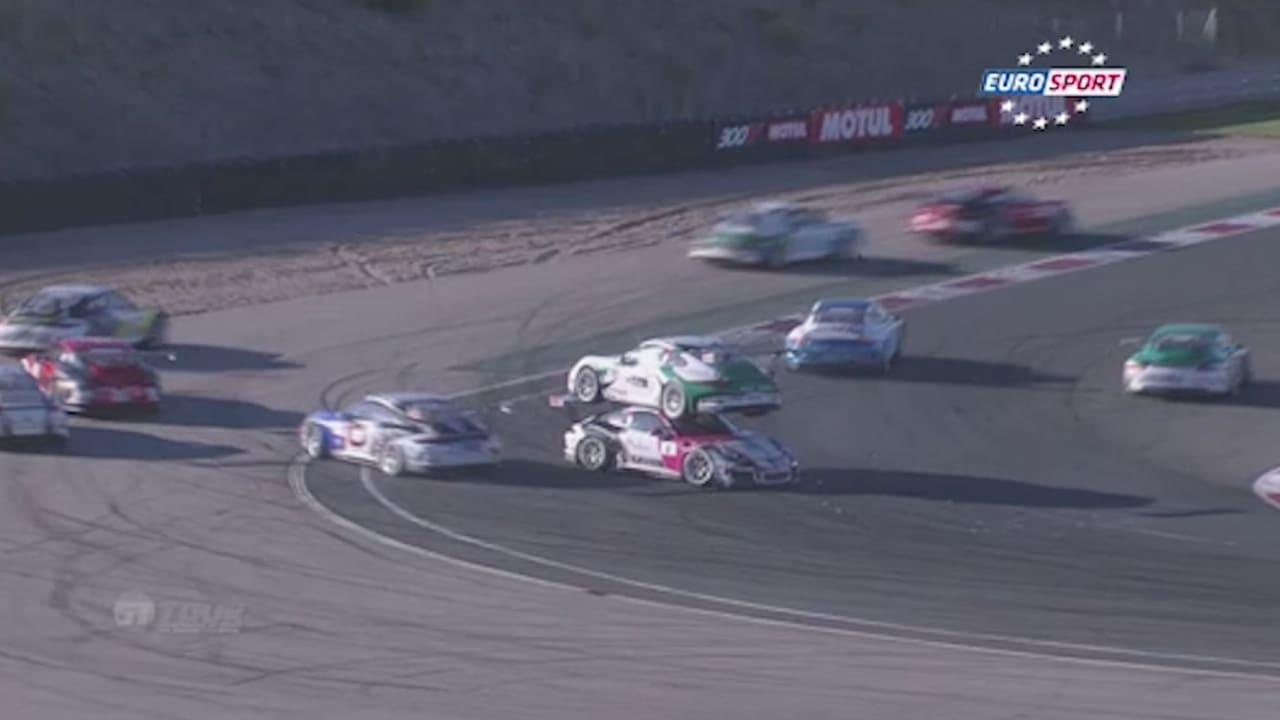 بالفيديو.. تصادم بين سيارتي سباق بطريقة مدهشة في أسبانيا