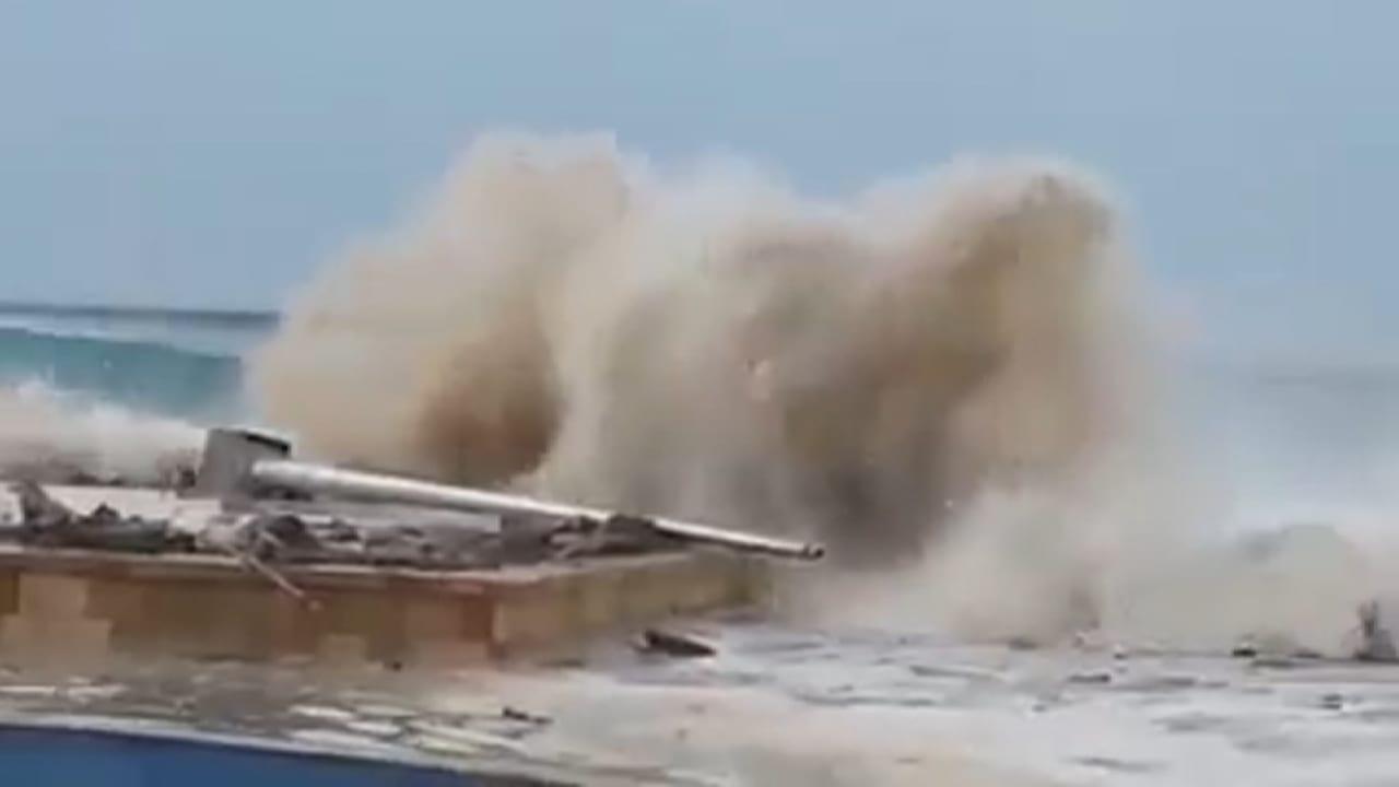 إجلاء سكان في اليمن مع اشتداد وطأة إعصار تشابالا.. وأضرار كبيرة في أرخبيل سقطرى