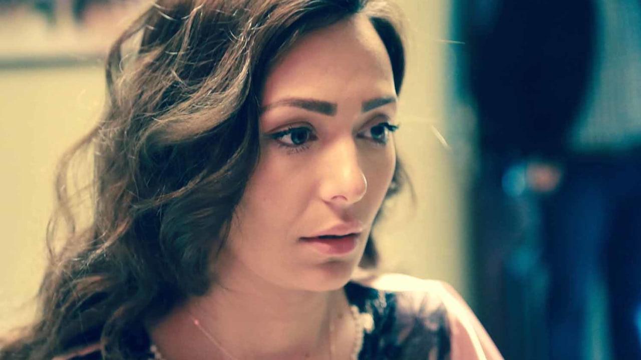 الممثلة رنا كرم بدور ندى، الابنة الوحيدة للعائلة.