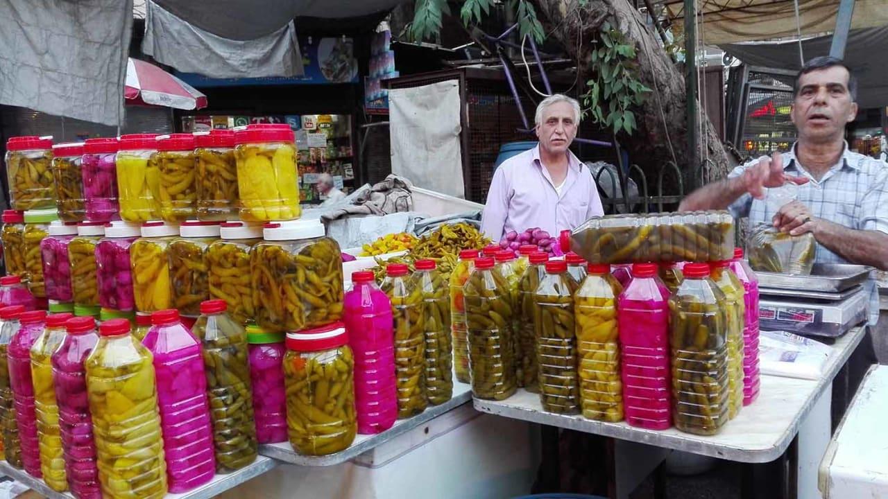 تكثر المخللات في رمضان، ويقبل السوريون على شرائها خلال شهر الصوم.