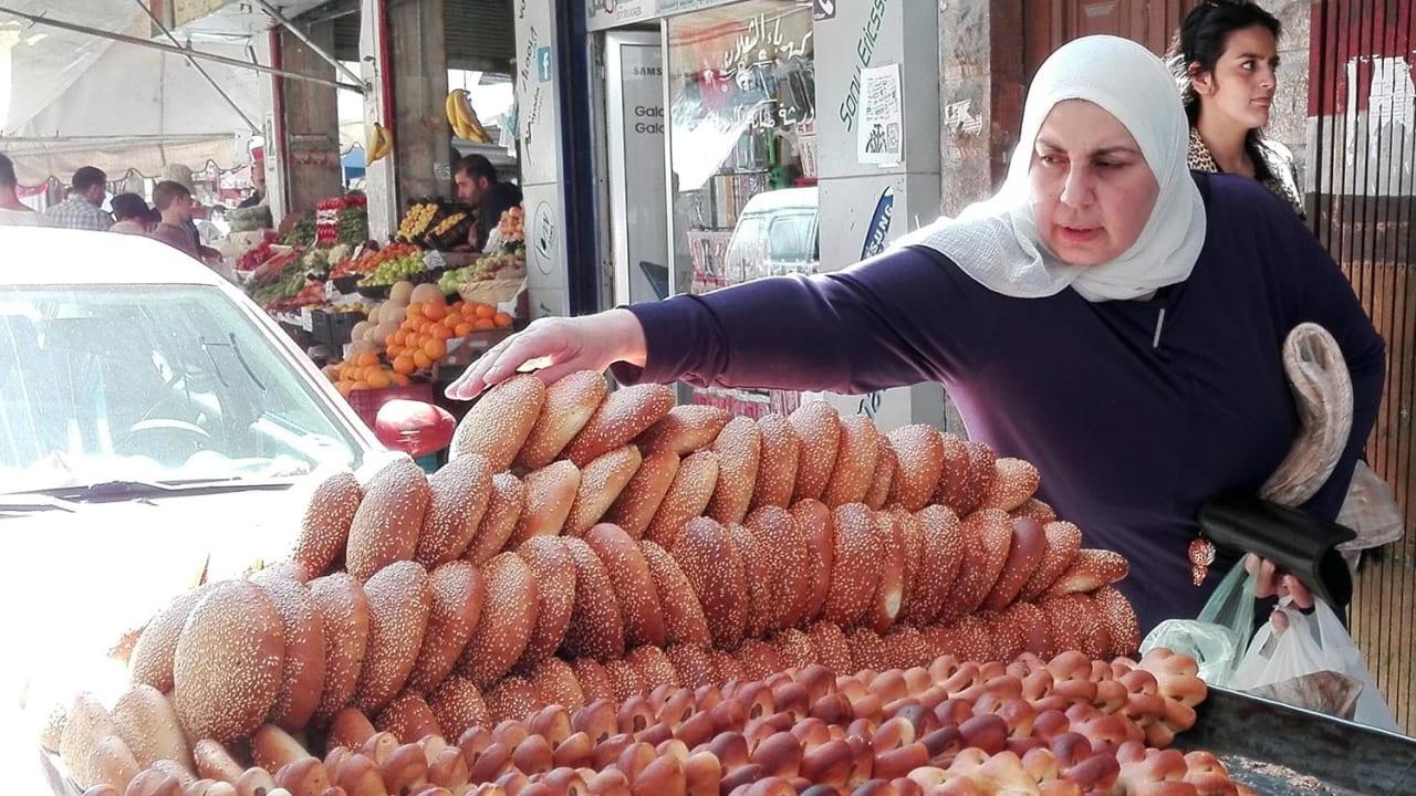 سيدة تشتري الكعك بالسمسم في دمشق.