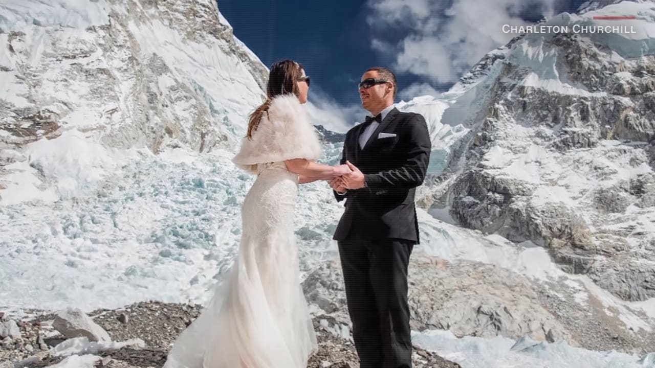 عروسان يحتفلان بزفافهما فوق أعلى جبل بالعالم