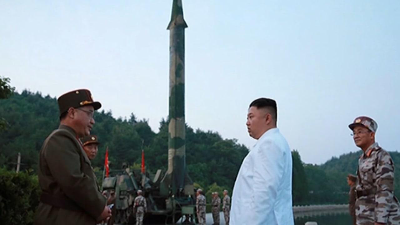 شاهد.. زعيم كوريا الشمالية يشرف على إطلاق صاروخ بالستي