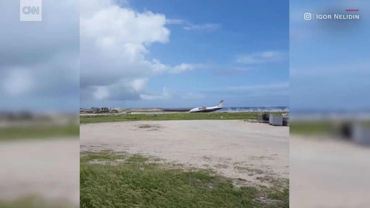 شاهد لحظة هبوط طارئ لطائرة دون استخدام العجلات!