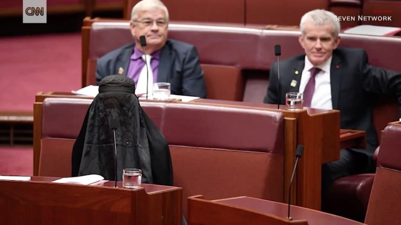 سيناتور أسترالية ترتدي البرقع داخل البرلمان.. وتدعو لحظره