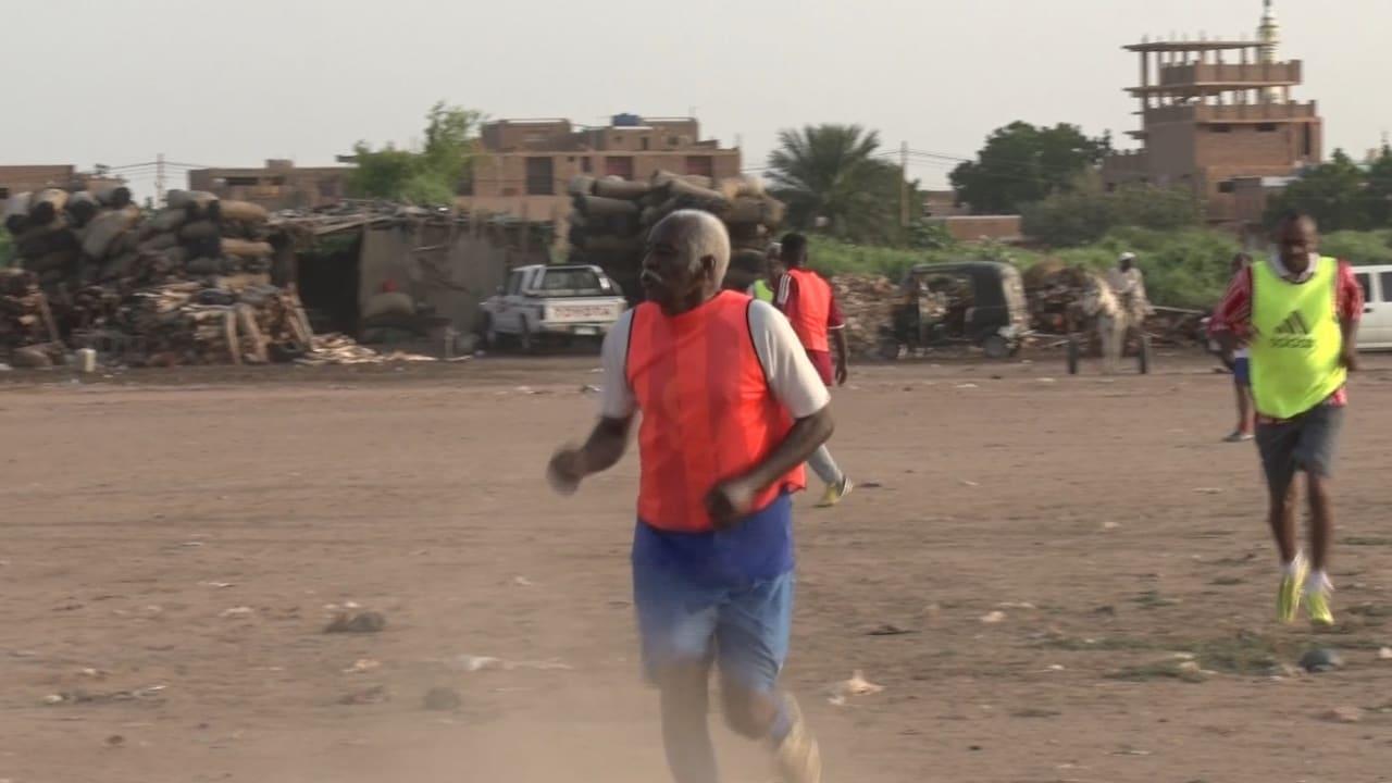 """بالفيديو: """"العم محمد"""" السوداني.. 85 عاما ومازال يلعب كرة القدم"""