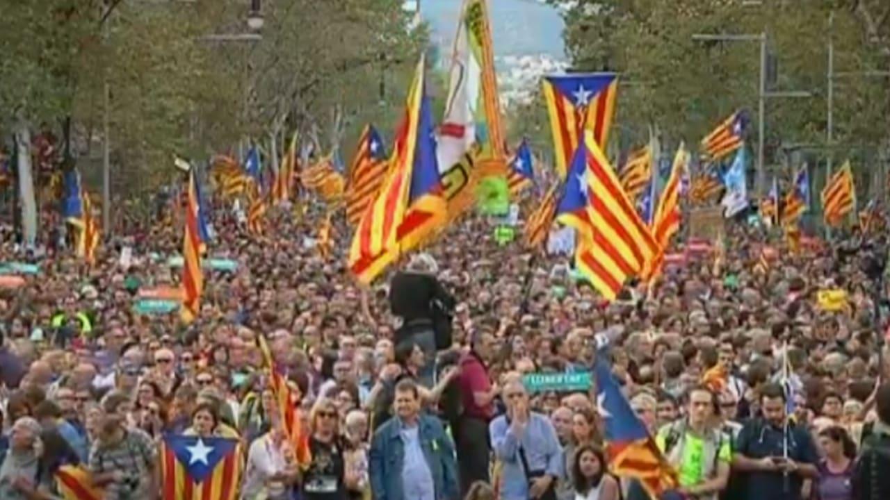 شاهد.. نصف مليون متظاهر في برشلونة بعد قرارات الحكومة الإسبانية ضد قادة كتالونيا