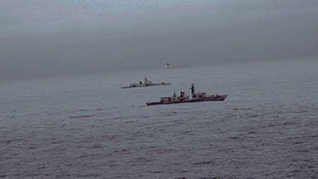 شاهد.. فرقاطة بريطانية ترافق سفينة روسية ببحر الشمال