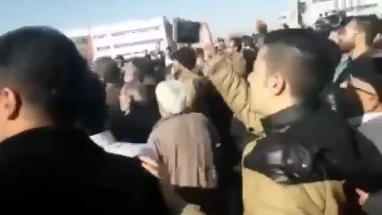 شاهد.. احتجاجات في إيران وهتافات مناهضة لروحاني