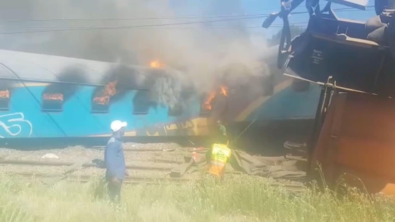 شاهد.. 18 قتيلاً و254 مصاباً إثر اصطدام قطار بشاحنة في جنوب أفريقيا