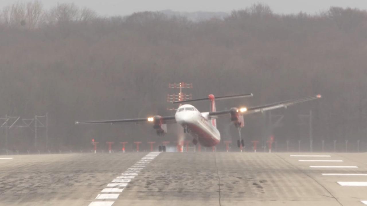 شاهد.. رياح عاتية تؤرجح طائرات بشكل مرعب أثناء هبوطها!