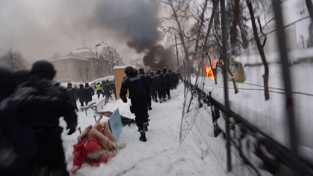 شاهد اشتباكات بين متظاهرين ورجال أمن في أوكرانيا