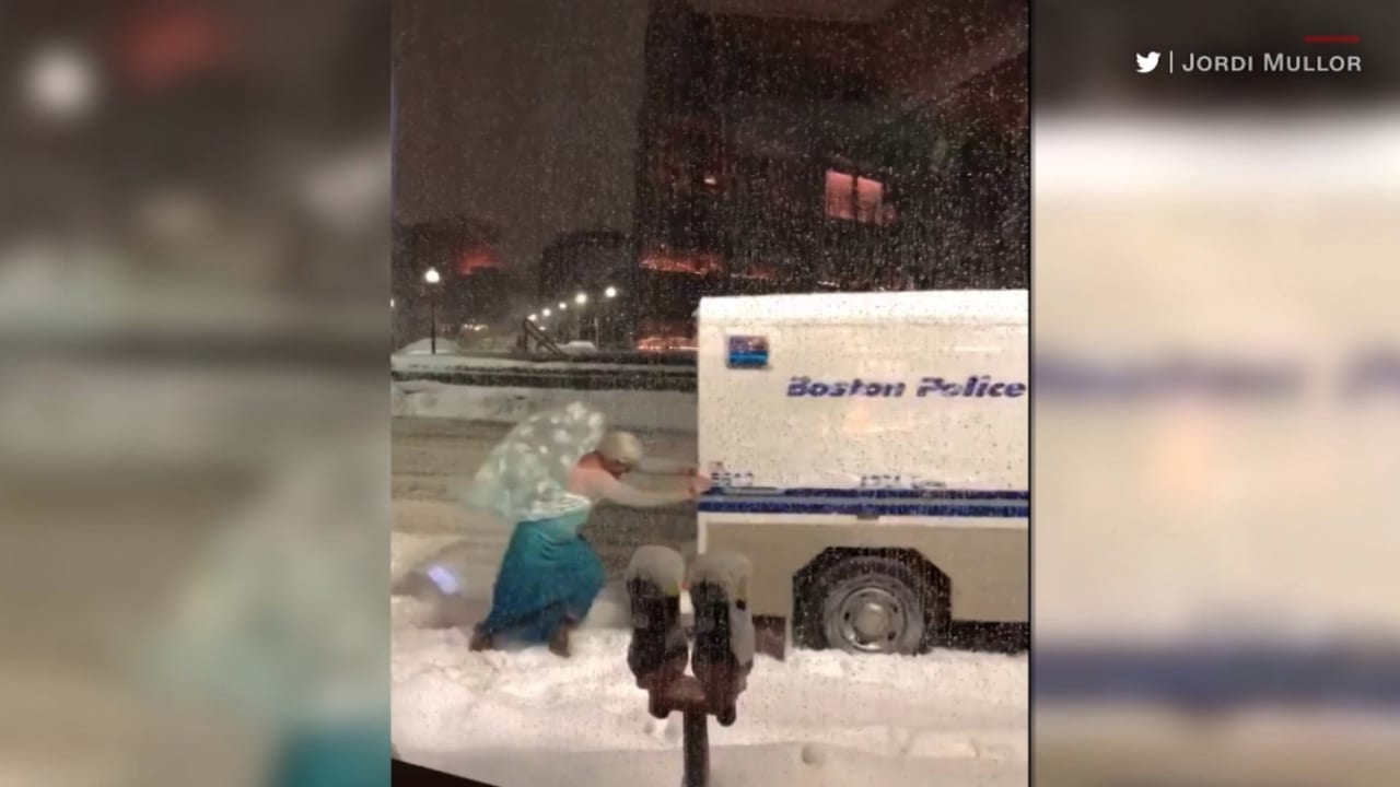 """شاهد.. """"إلسا"""" تنقذ سيارة شرطة عالقة بالثلوج"""